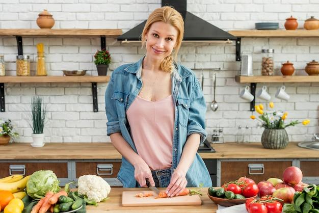 Blond kobieta w kuchni Darmowe Zdjęcia