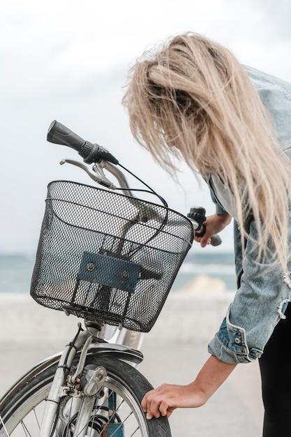 Blond Kobieta Załatwia Jej Rower Darmowe Zdjęcia