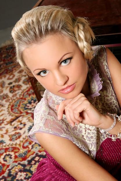 Blond Model W Różowej Sukience Z Tiulowymi Detalami Darmowe Zdjęcia