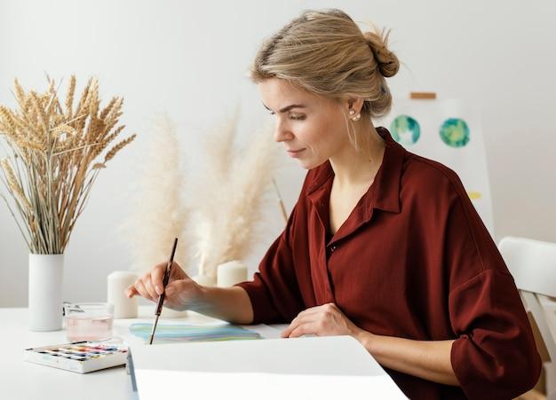 Blondynka Malowanie Akwarelami Premium Zdjęcia