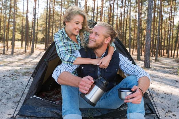 Blondynka Para Siedzi Przed Namiotem I Przytulanie Siebie Darmowe Zdjęcia