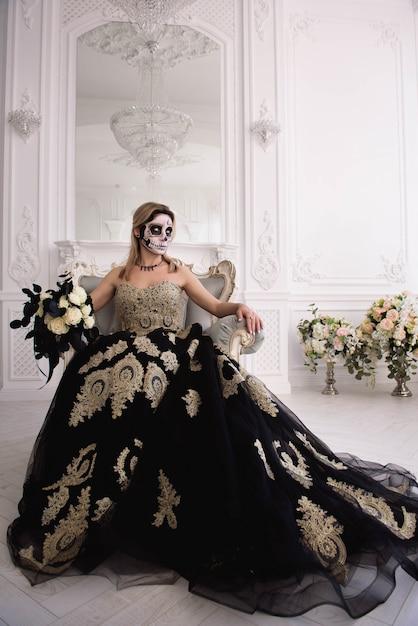 Blondynka z cukrową czaszką zrobić, day of dead lub halloween Premium Zdjęcia