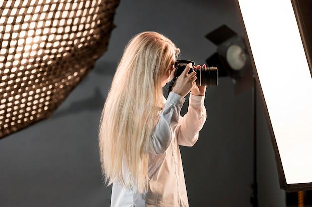 Blondynka Z Kamery Fotografii Sztuki Pojęciem Darmowe Zdjęcia