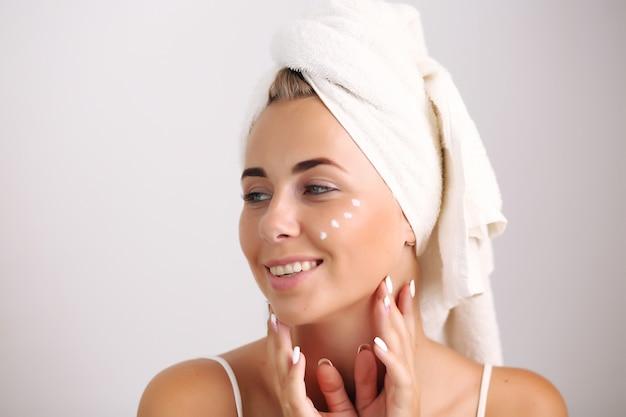 Blondynka Z Naturalną Skórą Dotykającą Twarzy Premium Zdjęcia