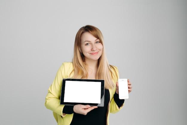 Blondynka z nowoczesnymi gadżetami Premium Zdjęcia