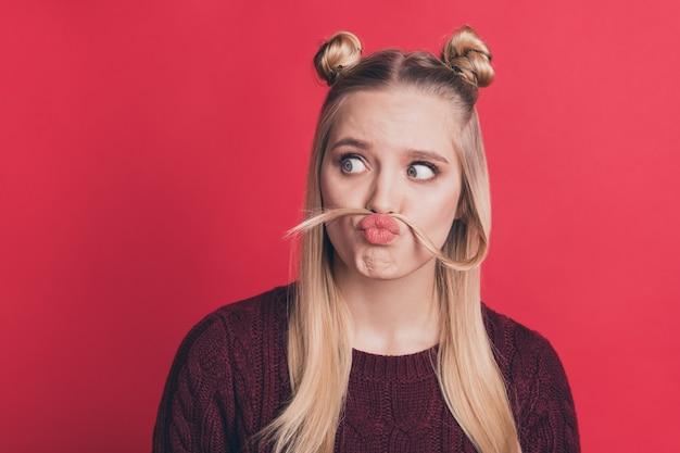 Blondynka Z Top-knots Pozowanie Na Czerwonej ścianie Premium Zdjęcia