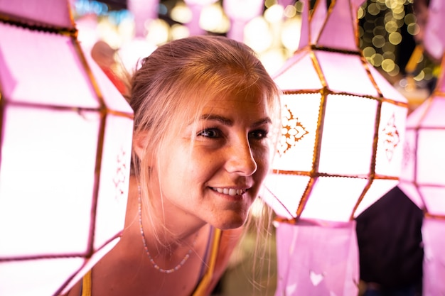 Blondynki dziewczyna iluminująca chińskimi lampionami przy nocą Darmowe Zdjęcia