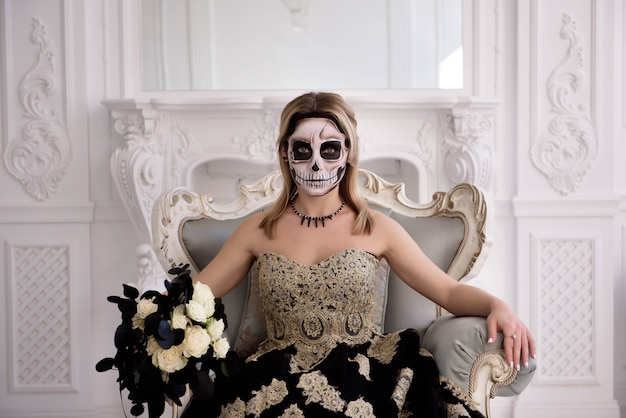 Blondynki dziewczyna z cukrową czaszką robi. day of dead or halloween Premium Zdjęcia