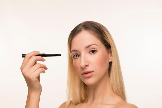 Blondynki kobiety mienia eyeliner blisko stawia czoło Darmowe Zdjęcia