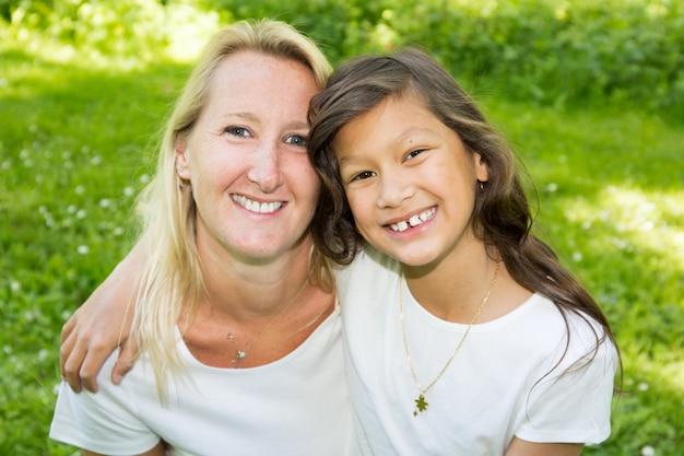 Blondynki Matka I Jej Amerykanin Mieszaliśmy Córki Obsiadanie W Trawie Premium Zdjęcia