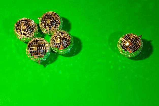 Błyszczące kulki dyskotekowe świecące w świetle dziennym ponad kolorem Premium Zdjęcia