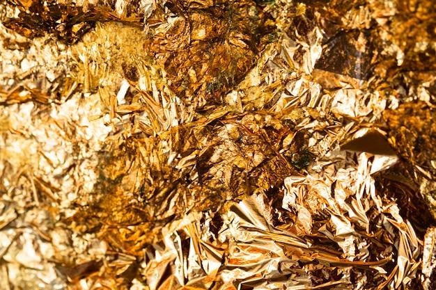 Błyszczący Liść żółtego Złota Lub Strzępy Sceny Ze Złotej Folii Premium Zdjęcia