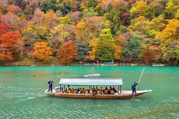 Boatman Pływa łodzią Po Rzece. Arashiyama Jesienią Nad Rzeką W Kioto W Japonii Darmowe Zdjęcia