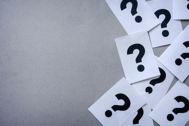 Boczna Krawędź Znaków Zapytania Drukarki Na Papierze Premium Zdjęcia