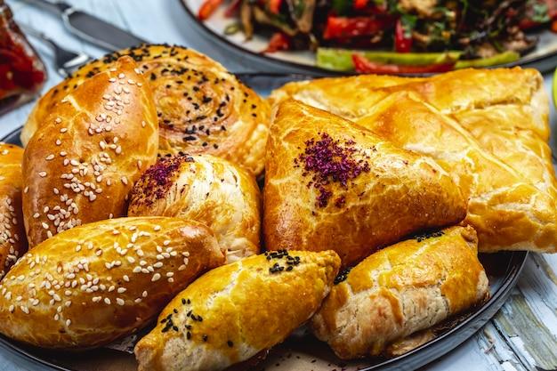 Boczne Ciasta Francuskie Z Mielonymi Ziarnami Sezamu I Kruche Wypełnione Puree Ziemniaczanym Na Stole Darmowe Zdjęcia