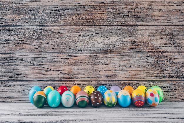 Bocznego Widoku Easter Jajka Na Lekkim Drewnianym Tle. Darmowe Zdjęcia