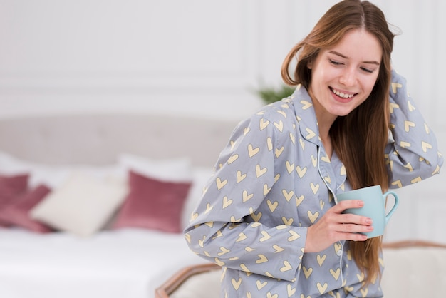 Bocznego Widoku Kobieta Pije Herbaty W Domu Darmowe Zdjęcia