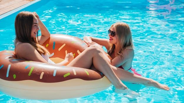 Bocznego widoku kobiety opowiada w basenie Darmowe Zdjęcia