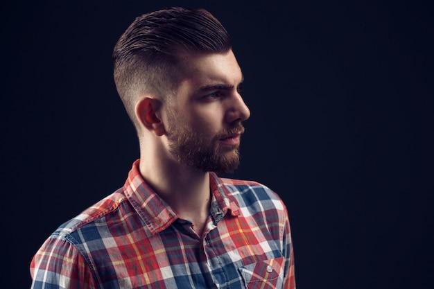Bocznego widoku portret patrzeje daleko od elegancki młody człowiek Premium Zdjęcia