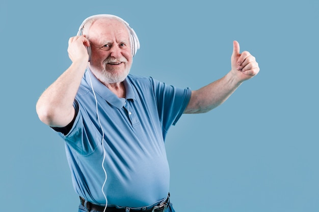 Bocznego Widoku Senior Pokazuje Ok Znaka Dla Muzyki Darmowe Zdjęcia