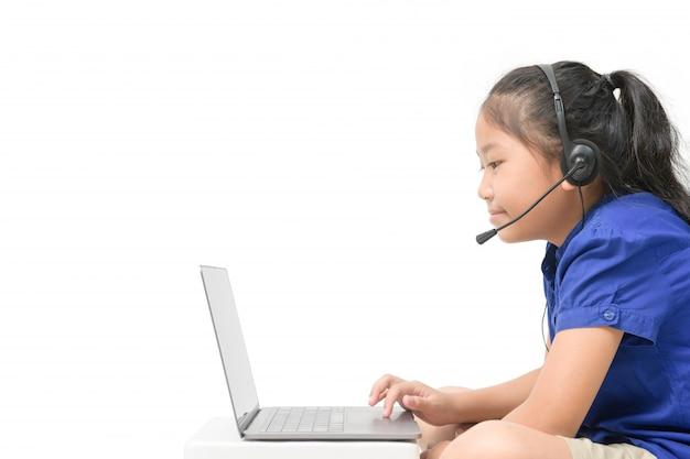 Boczny Widok Azjatycki Dziewczyna Ucznia Odzieży Hełmofonu Nauka Online Odizolowywający Premium Zdjęcia