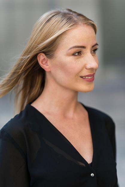 Boczny Widok Biznesowej Kobiety Portret Outdoors Darmowe Zdjęcia