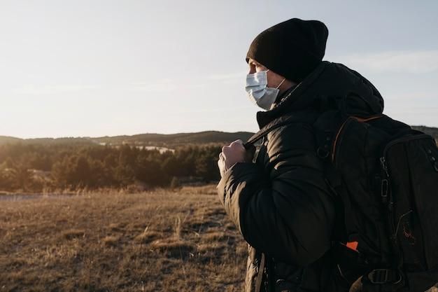 Boczny Widok Człowieka Noszącego Maskę Medyczną Darmowe Zdjęcia