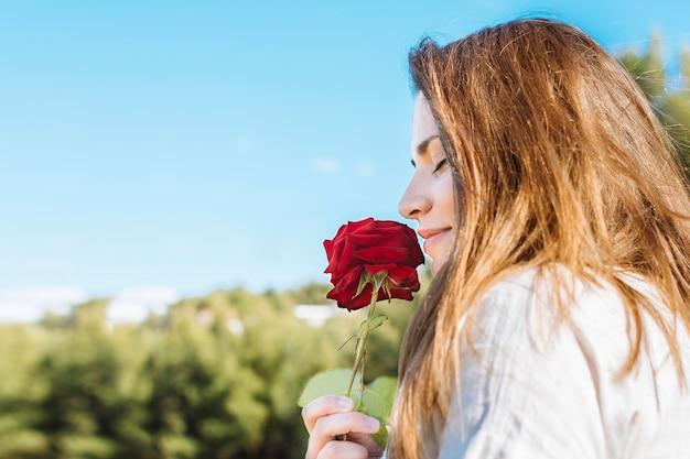 Boczny Widok Kobiety Mienie I Wąchać Wzrastał Darmowe Zdjęcia