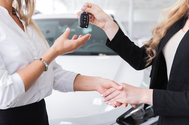 Boczny widok kobiety odbiorczy samochodów klucze Darmowe Zdjęcia