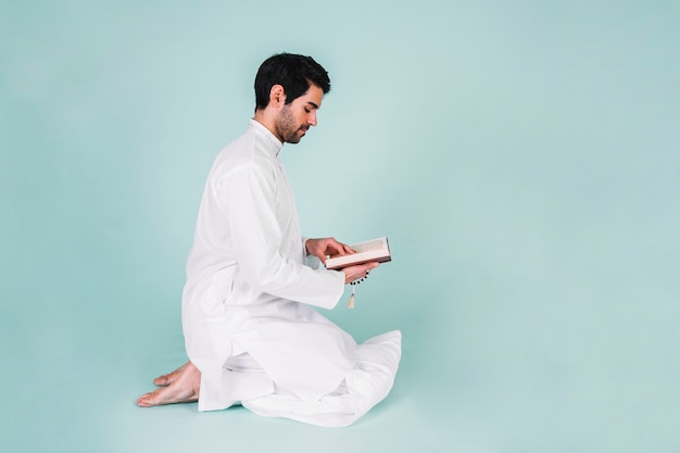 Boczny Widok Mężczyzna Czytanie W Korku Premium Zdjęcia