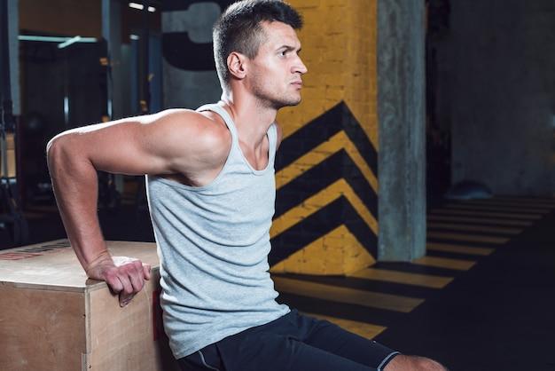 Boczny Widok Mężczyzna Robi Treningowi W Sprawność Fizyczna Klubie Darmowe Zdjęcia