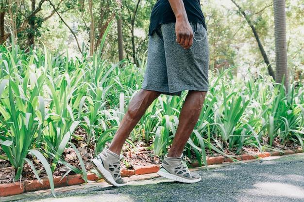 Boczny widok młody męski atleta biega w parku Darmowe Zdjęcia