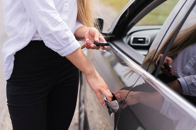 Boczny Widok Otwiera Samochodowego Drzwi Kobieta Darmowe Zdjęcia