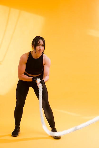 Boczny Widok Sportowa Kobiety Mienia Arkana Darmowe Zdjęcia