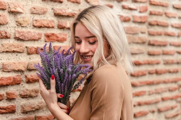 Boczny Widok Szczęśliwy Kobiety Mienia Bukiet Lawenda Darmowe Zdjęcia