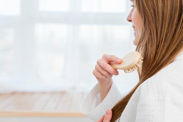 Boczny Widok Szczotkuje Jej Włosy Kobieta Darmowe Zdjęcia