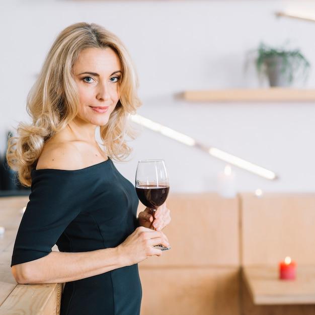 Boczny Widok Urocza Kobieta Trzyma Szkło Wino Darmowe Zdjęcia