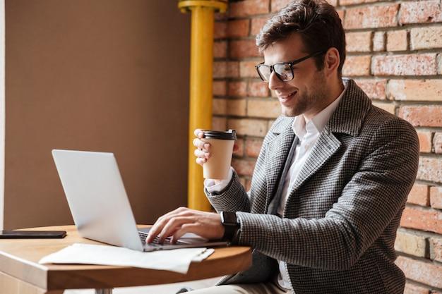 Boczny Widok Uśmiechnięty Biznesmen W Eyeglasses Darmowe Zdjęcia