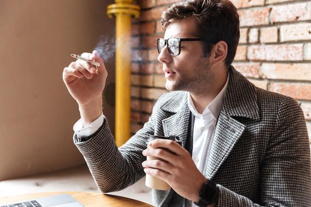 Boczny Widok Zadumany Biznesmen W Eyeglasses Darmowe Zdjęcia