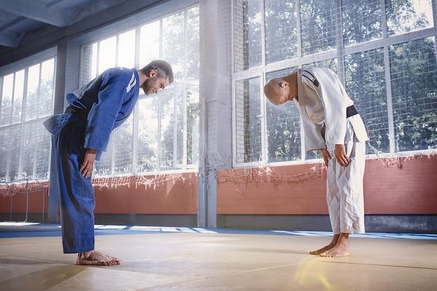Bojownicy Judo Witają Się Nawzajem Przed Ukłonem Przed ćwiczeniem Sztuk Walki W Klubie Walki Darmowe Zdjęcia