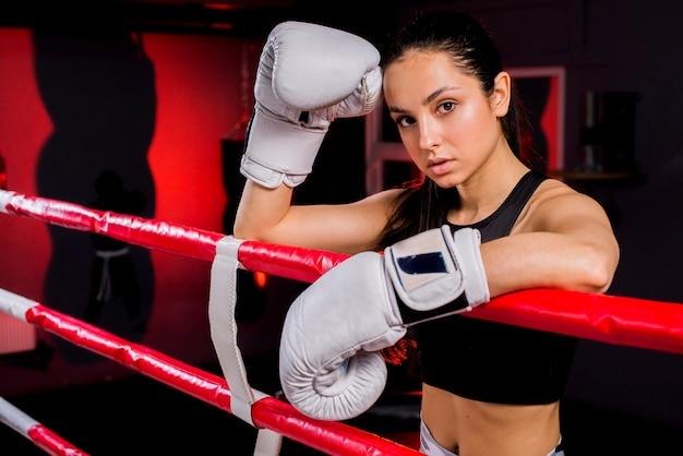 Bokser dziewczyna pozuje na siłowni Darmowe Zdjęcia