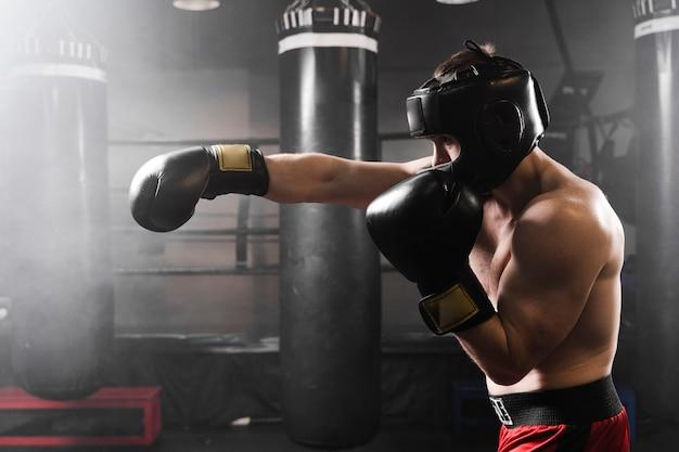 Bokser Z Boku Z Treningiem W Czarnych Rękawiczkach Premium Zdjęcia