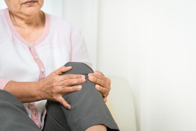 Ból Kolana Starszej Kobiety W Domu, Problem Opieki Zdrowotnej Starszy Koncepcji Premium Zdjęcia
