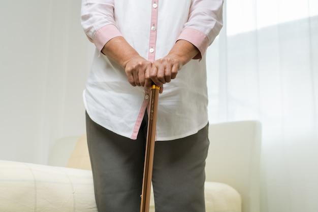 Ból Kolana Starszej Kobiety Z Kijem, Opieka Zdrowotna Problem Starszy Pojęcie Premium Zdjęcia