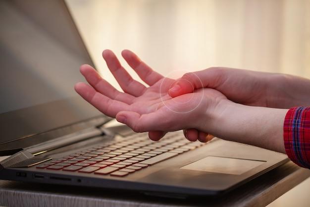 Ból Nadgarstka Z Powodu Długiej Pracy Przy Laptopie. Zespół Tunelowy. Choroby Zawodowe I Ból Dłoni Premium Zdjęcia