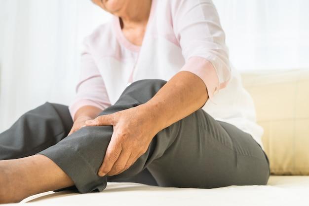 Ból Nogi Starszej Kobiety W Domu, Problem Opieki Zdrowotnej Starszy Pojęcie Premium Zdjęcia