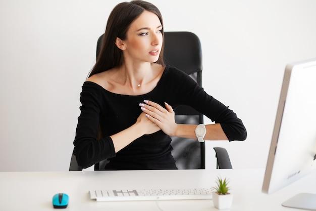 Ból W Klatce Piersiowej. Kobieta O Ataku Paniki W Miejscu Pracy Premium Zdjęcia