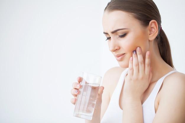 Ból zęba. piękna kobieta czuje silny ból Premium Zdjęcia