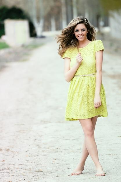 Boso Teen Z żółtej Sukience Darmowe Zdjęcia