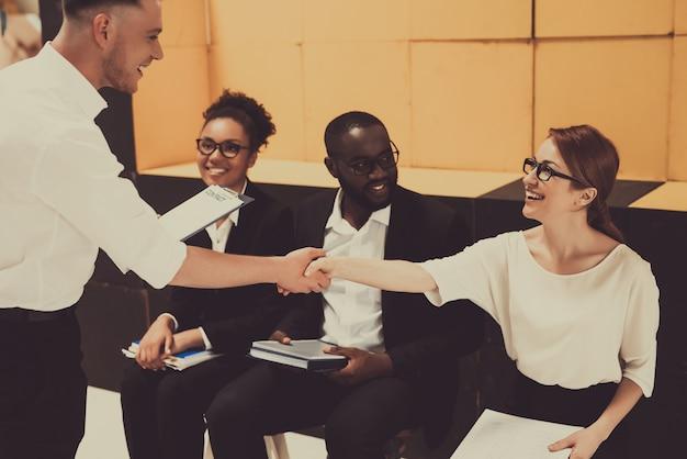 Boss shakes pracownicy hand on business meeting. Premium Zdjęcia